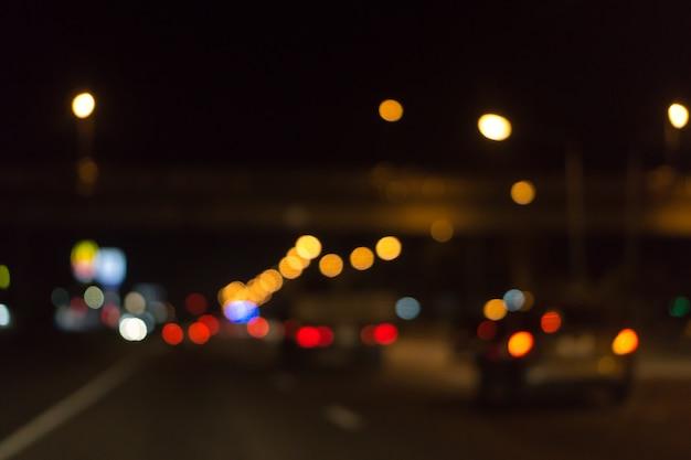 街の交通車のぼやけた写真光