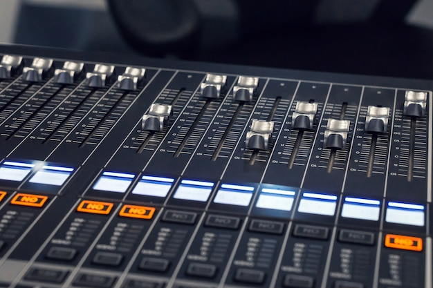 Ручная нажим объем выше., микшер музыка в студии., профессиональный звукорежиссер.