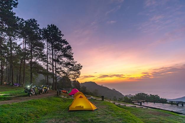 Оранжевый палатка в национальном парке в северной части таиланда.