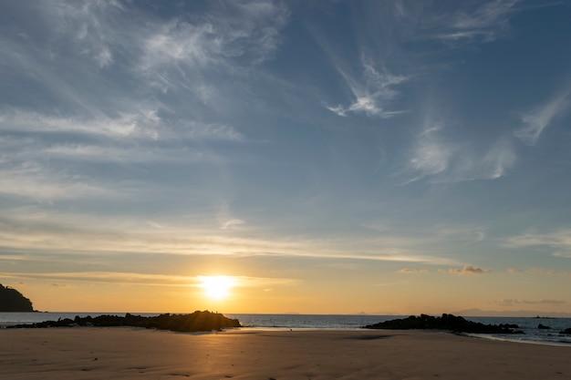 海で夕方に夕日。