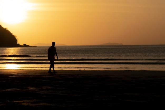 男性と海の夕日。