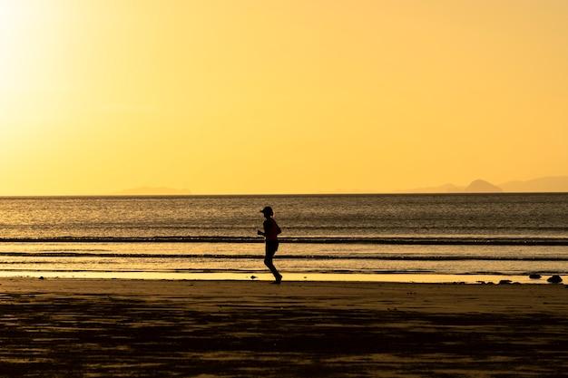 海の夕方を走る
