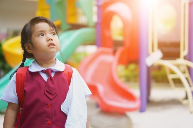 子供、かわいい女の子、学生、着る、学校、ユニフォーム、学校、学校、研究