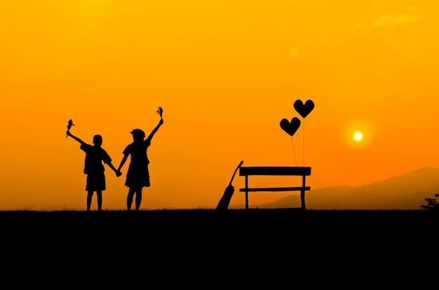 シルエットのカップルは、幸せに手を並べて