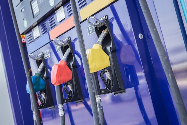 Цветные топливные насосы / топливная форсунка на заправочной станции в таиланде