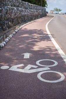 白い自転車の標識や道路上のアイコンを閉じます