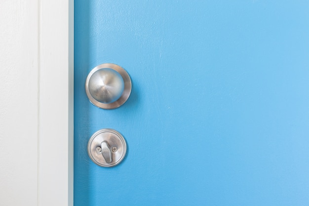 Макрофотография металлической серебряной дверной ручкой на деревянной двери