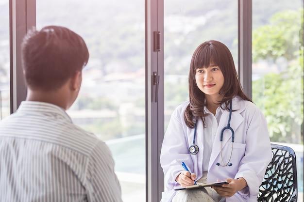 Портрет женщины-врача, работающих с ее ноутбуком