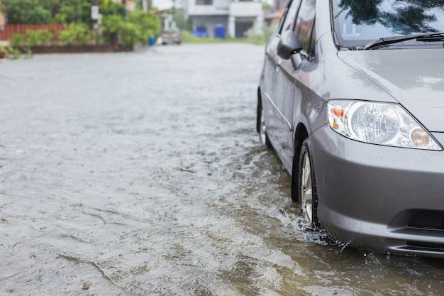 Автомобильная стоянка на улице деревни во время дождя
