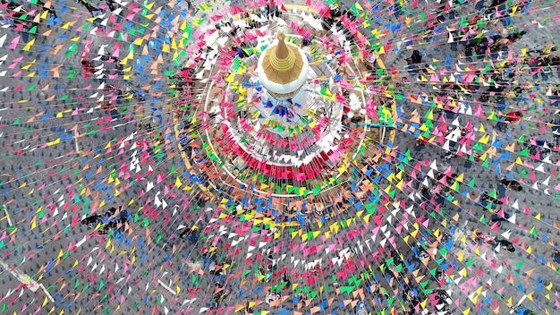 スコータイ県の中心にあるソンクラーン祭りの人々