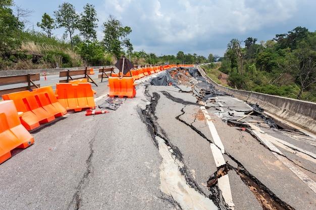 大雨と陸地の丘陵地におけるアスファルト道路の大きな被害
