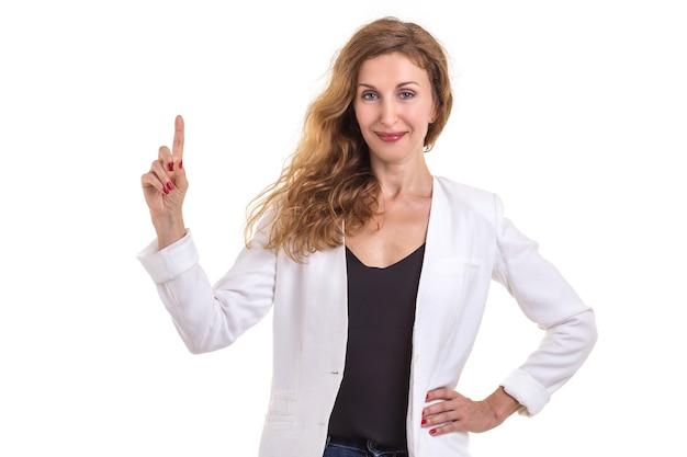 Красивая кавказская женщина носит белую рубашку и джинсы