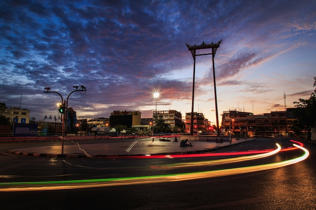 タイ、バンコクの日の出時間に巨大なスイングのシルエット