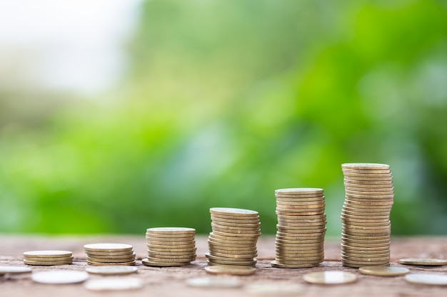 Разный уровень стека монет на фоне размытия