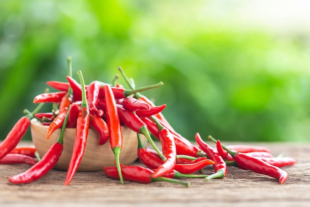 木製のテーブルの背景に新鮮な赤い熱い唐辛子。