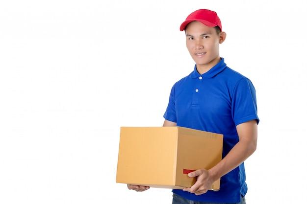 アジアの配達人は白で隔離茶色の小包または段ボール箱を運ぶ