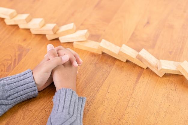 Ручной стоп деревянный блок, создающий эффект риска домино
