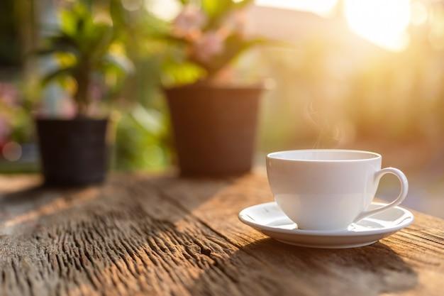 木製のテーブルやカウンターの上の白いセラミックコーヒーカップ