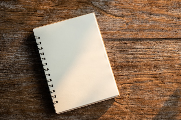古い木の板に白い本のトップビュー