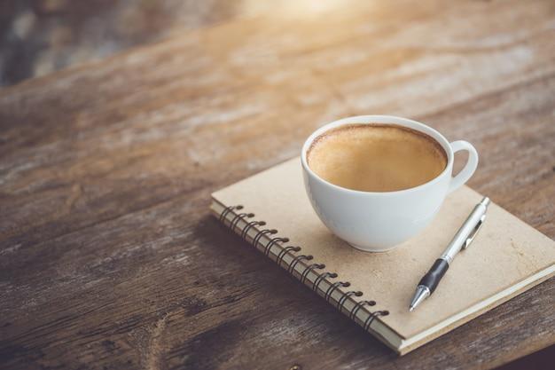 木製のテーブルの上の白いセラミックコーヒーカップの空