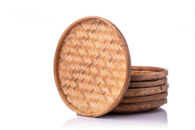 白で隔離される手作りの空の竹トレイのセット
