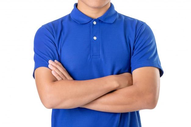 Молодой азиатский мужчина носит синюю футболку поло