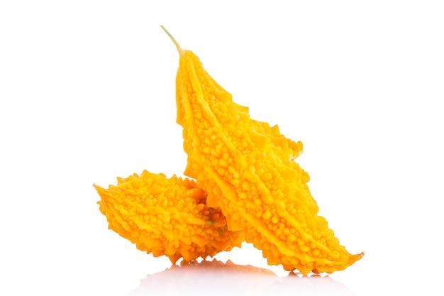 Спелый желтый горький огурец или горькая тыква. студия выстрел изолированные на белом