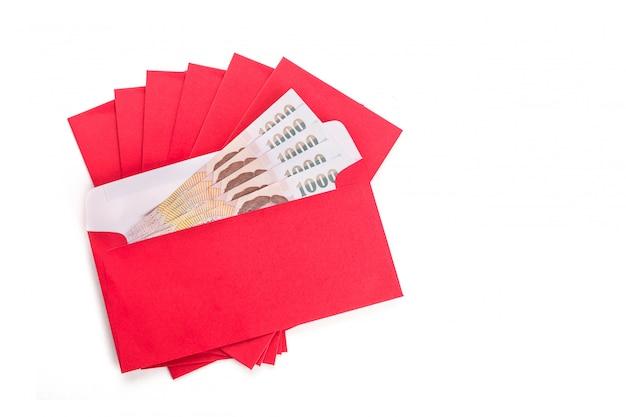 白の中国の新年祭で赤い封筒の使用