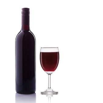 Бутылка красного вина и стекла.