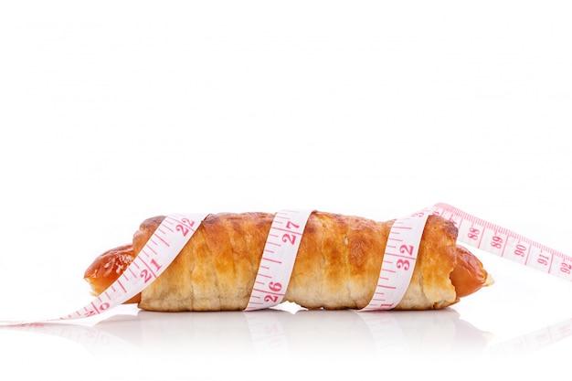 ソーセージパンと測定テープ