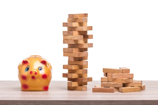 木製のテーブルのブロック木製ゲームと貯金箱の山。