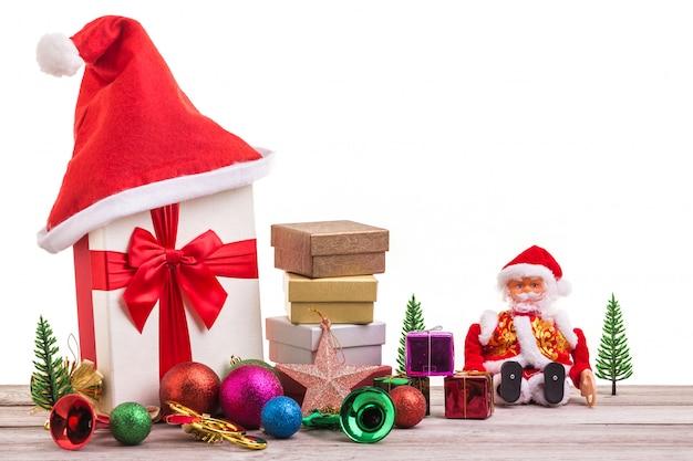 灰色の木の板に休日の概念の新年やクリスマスの装飾。
