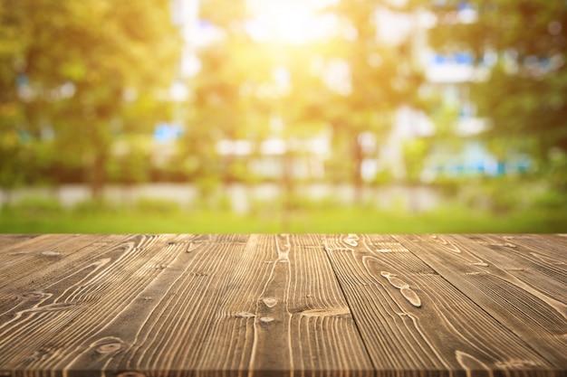 自然の中で製品を展示するための木の板
