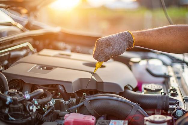 現代の車の技術者チェックエンジン