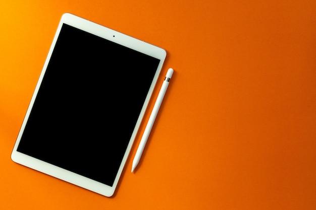 Белый экран планшета и карандаша