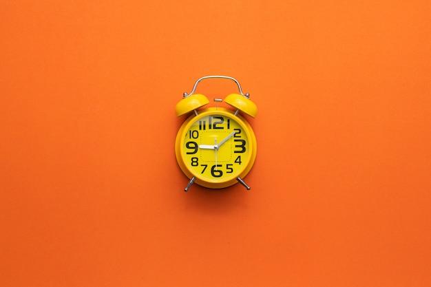 Желтый будильник