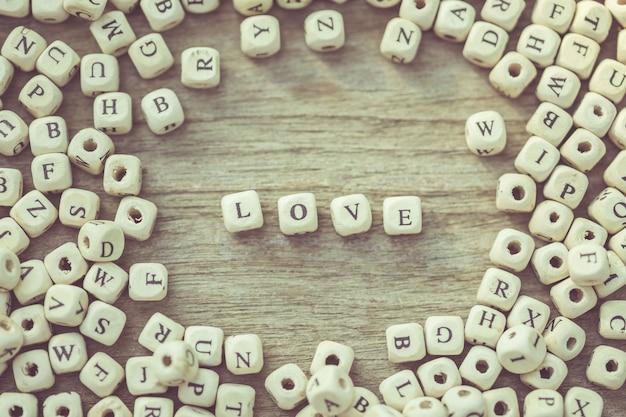 木の板に白い英語のアルファベット文字の愛の言葉