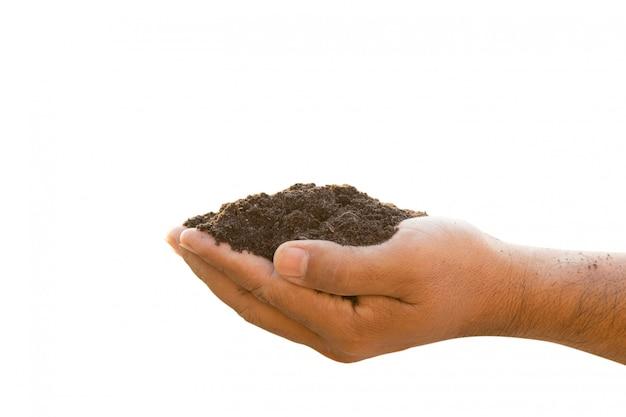 Рука держит смешанную почву для растений, изолированных на белом