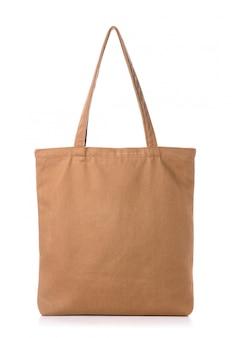 Новая пустая коричневая сумка из хлопка на белом фоне