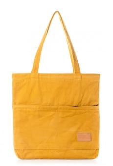 Новая пустая желтая сумка из хлопка на белом фоне