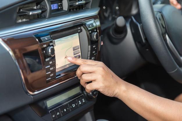 車の運転手のプレスのナビゲーション画面を閉じます
