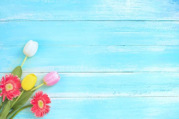 Красочный букет цветов на фоне синего дерева.