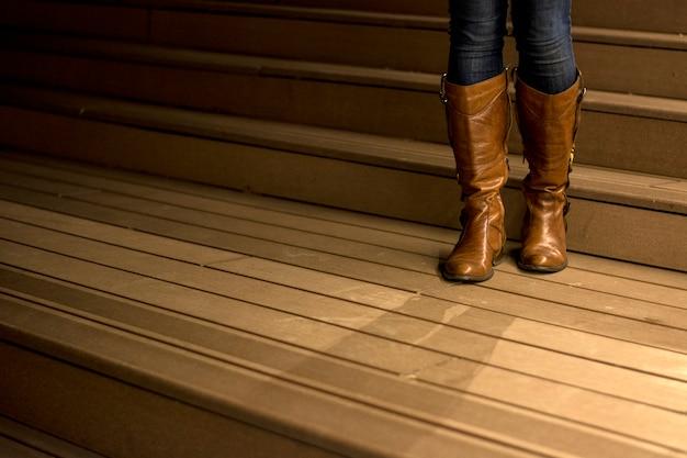 女性の革の膝のブーツ
