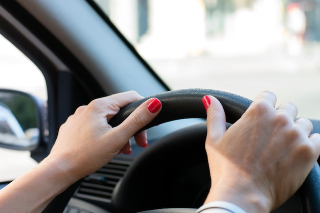 Женщины вождения автомобиля - быстро вождение