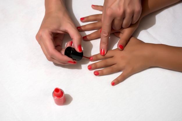 色つきの爪