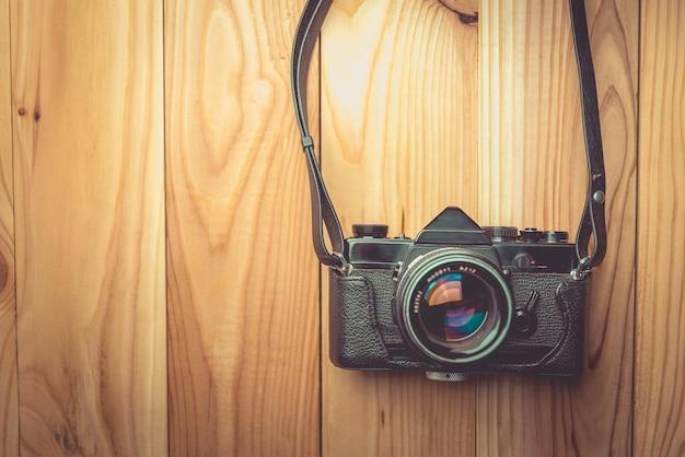 Ретро-камера на фоне деревянного стола, марочные