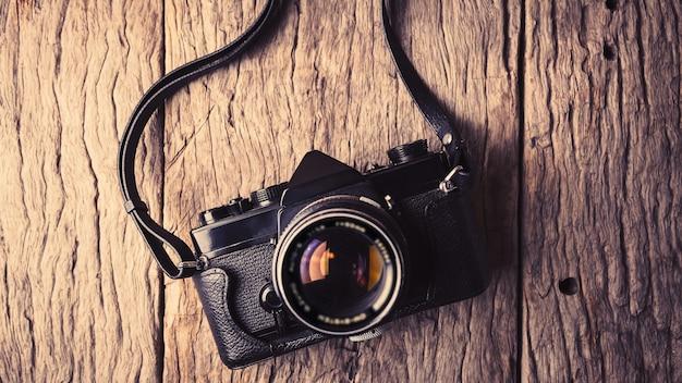 Ретро-камера на фоне деревянного стола.