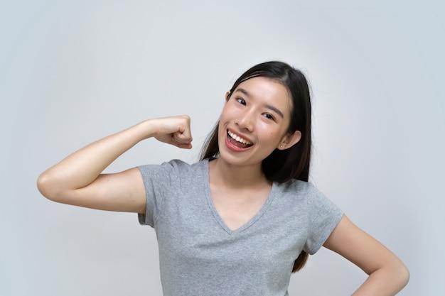 アジアの女性ショー強い腕、美しい若い女性
