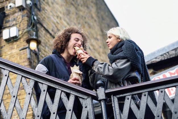 カムデン・タウンでシャネルマ、ドネル・ケバブを食べて幸せなカップル