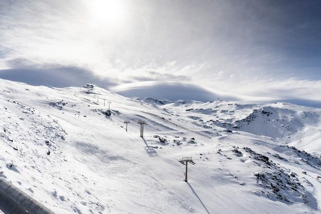 冬のシエラネバダのスキーリゾート
